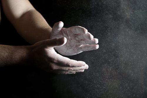 Hände mit Crushed Chalk